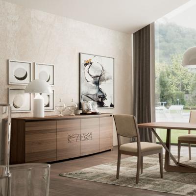 Credenza Modigliani sagomata 4 porte con dettaglio decorativo «Comete» intagliato e lavorato a mano, finitura noce intenso. – 94 finitura noce intenso