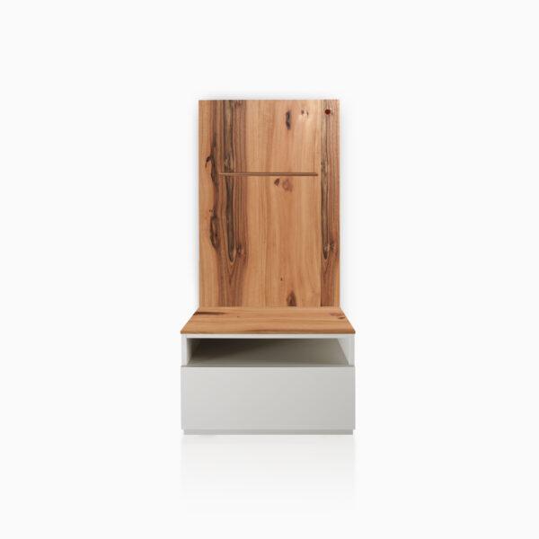 Comodino iGins con Boiserie in Legno di Noce con 1 cassetto, 1 vano giorno e con zoccolino effetto vedo-non-vedo. Boiserie attrezzata con mensola in legno di Noce.