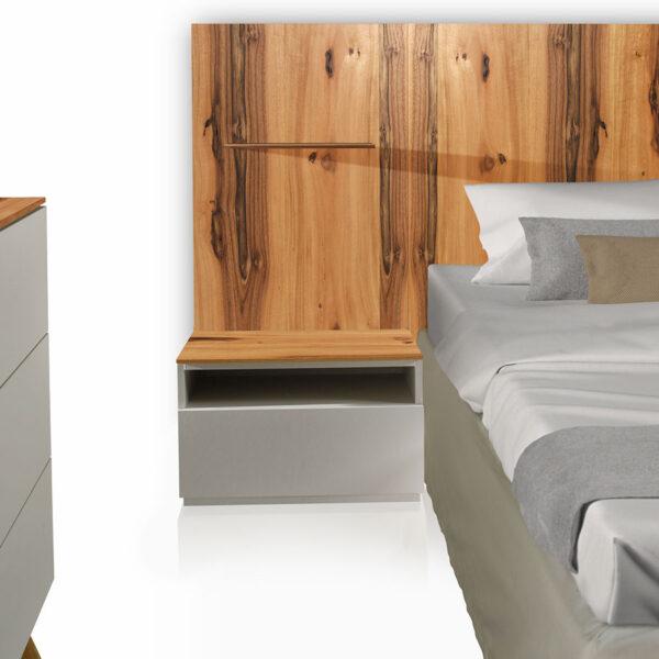 Camera «Total Look» iGins in legno di Noce attrezzata con testata-boiserie e comodini con zoccolino effetto «vedo-non-vedo», 1 cassetto, 1 vano giorno e con 1 boiserie con mensola in legno di Noce.