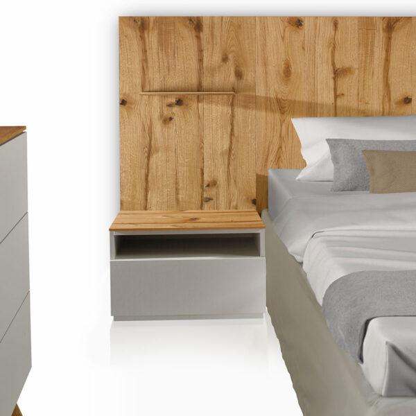 Camera «Total Look» iGins in legno di Rovere attrezzata con testata-boiserie e comodini con 1 cassetto, 1 vano giorno, con zoccolino effetto «vedo-non-vedo» e boiserie con mensola in legno di Rovere.