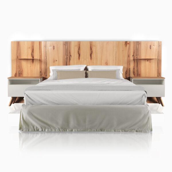 Camera «Total Look» iGins in legno di Noce attrezzata con testata-boiserie e comodini con piedini, 1 cassetto, 1 vano giorno e 1 boiserie con mensola in legno di Noce.
